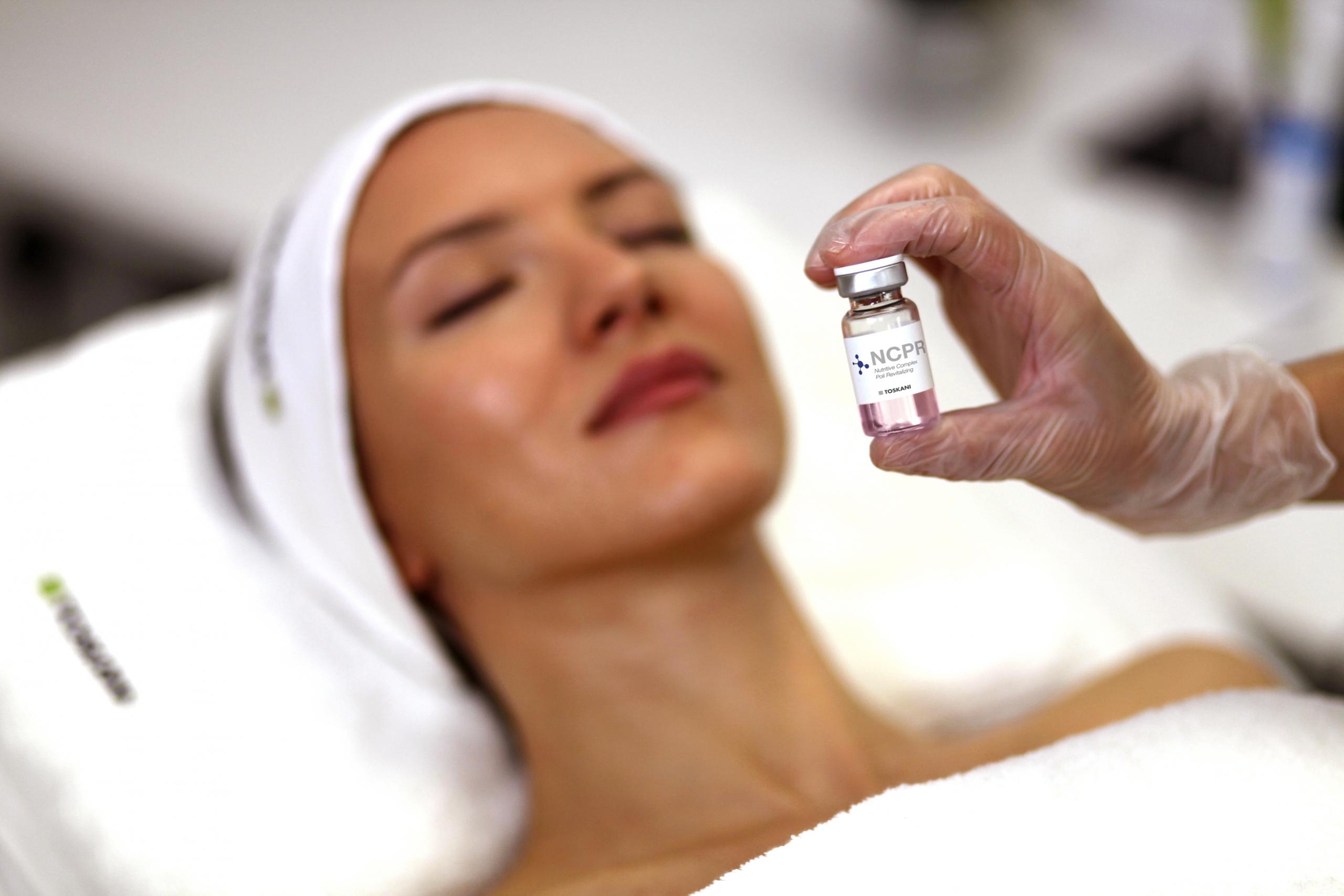 afbeelding vrouw liggend in behandelstoel voor de behandeling van microneedling met het merk toskani